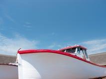 红色和白色渔船 免版税库存图片