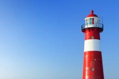 红色和白色灯塔和清楚的蓝天 免版税库存照片