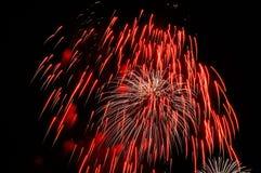 红色和白色烟花火花反对黑天空的 免版税库存照片