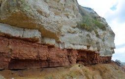 红色和白色白垩石灰石峭壁 库存图片