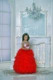 红色和白色礼服身分的年轻公主我 库存图片
