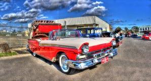 红色和白色福特Fairlane Skyliner敞篷车 库存照片