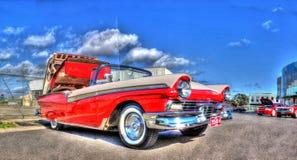 红色和白色福特Fairlane Skyliner敞篷车 库存图片