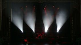 红色和白色聚光灯照亮在黑暗的一个空的阶段设置的鼓 影视素材