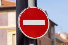 红色和白色英国没有词条路标 库存图片