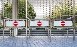 红色和白色词条不签字在一个闭合的入口 免版税库存图片