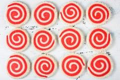 红色和白色轮转焰火曲奇饼 免版税库存照片