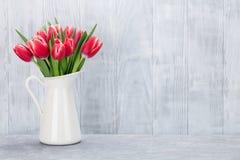红色和白色郁金香花束 免版税库存图片