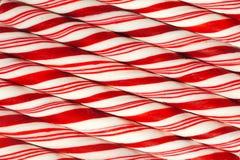 红色和白色镶边圣诞节棒棒糖背景  免版税库存图片