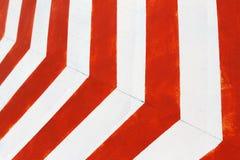 红色和白色镶边特写镜头背景 水泥被绘的墙壁 图库摄影