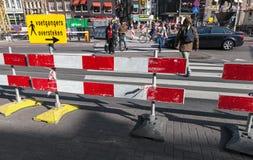 红色和白色镶边警告路边界 库存图片