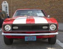 1968红色和白色雪佛兰Camaro正面图 免版税库存图片