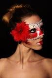 红色面具的妇女 免版税库存照片