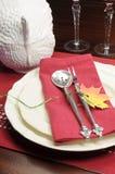 红色和白色题材欢乐美好的餐桌设置 免版税库存图片