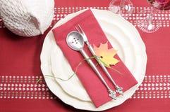 红色和白色题材欢乐美好的餐桌设置 免版税库存照片
