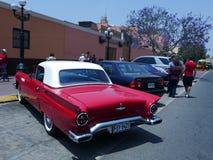 红色和白色颜色Ford Thunderbird小轿车在利马 免版税图库摄影