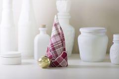 红色和白色餐巾折叠了,形成圣诞树 免版税库存照片