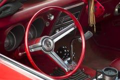 红色和白色1968年雪佛兰Camaro 327内部 免版税库存照片