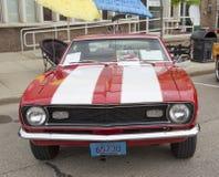 红色和白色1968年雪佛兰Camaro 327正面图 免版税库存照片