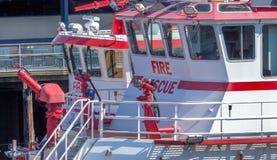 红色和白色Fiireboats大厦江边西雅图华盛顿 免版税图库摄影