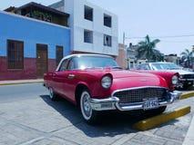 红色和白色Ford Thunderbird小轿车在利马 免版税库存照片