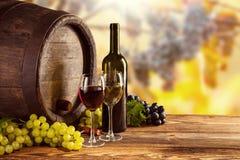 红色和白葡萄酒瓶和玻璃wodden小桶 库存图片