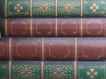 红色和绿色古色古香的书 库存照片