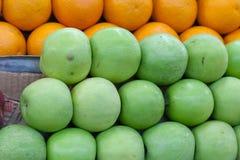 红色和绿色苹果 免版税库存照片