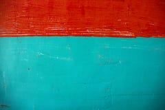 红色和绿色被绘的墙壁照片 Painted画笔纹理 脏的混凝土墙特写镜头 土气建筑学背景 免版税库存照片