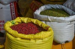 红色和绿豆待售在老市场上 免版税库存照片
