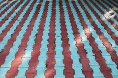 红色和蓝线由混凝土路面,与尽头的色的背景制成 库存图片