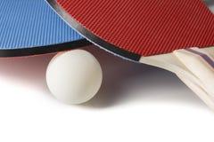 红色和蓝色乒乓球桨-在白色的特写镜头 免版税库存照片