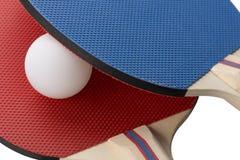 红色和蓝色乒乓球桨-特写镜头,蓝色在红色顶部 免版税库存照片