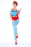 红色和蓝色成套装备的逗人喜爱的年轻白肤金发的妇女 免版税图库摄影