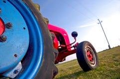 红色和蓝色拖拉机 图库摄影