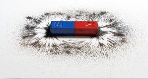 红色和蓝色磁铁棒或物理磁性与铁粉末mag 库存图片