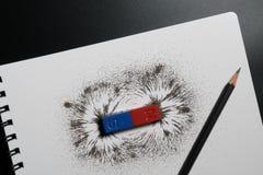 红色和蓝色磁铁棒或物理磁性,铅笔和铁战俘 免版税库存图片