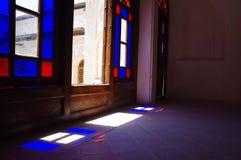 红色和蓝色窗口在阳光下 免版税库存图片