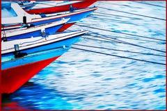 红色和蓝色老小船在海口 色的反射在水中 背景峡湾光芒海运星期日 免版税库存图片
