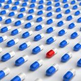 红色和蓝色药片 库存照片