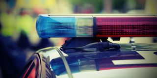 红色和警车的蓝色闪光灯在检查站的 免版税库存照片
