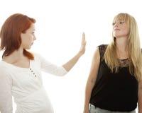 红色和金发女孩说stopp联系 免版税库存图片