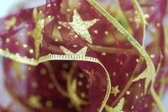 红色和金子圣诞节丝带 免版税库存图片