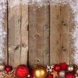 红色和金子圣诞节在木头基于与雪的边界 库存图片