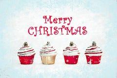 红色和金子圣诞节杯形蛋糕在白色背景 库存例证