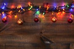 红色和金子圣诞节装饰品与光 免版税库存照片
