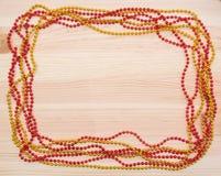 红色和金子在一个木板成串珠状 圣诞节装饰生态学木 诗歌选 库存图片