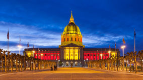 红色和金子的圣Franicisco市政厅 库存图片