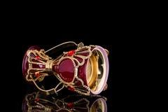 红色和金子阿拉伯传统香火Bukhoor琼脂木头燃烧器 库存照片