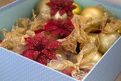 红色和金装饰圣诞节的三构造背景 免版税库存照片